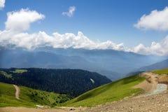 Gestalten Sie von der Spitze der Gebirgsdrahtseilbahn Aibga Rosa Khutor landschaftlich Lizenzfreie Stockfotografie