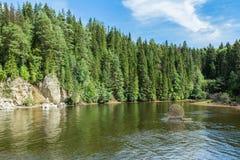 Gestalten Sie Wald, Fluss und Wolken auf einem blauen Himmel landschaftlich Russland Die Urals Khokhlovka Stockfotografie