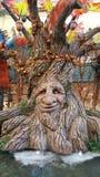 Gestaltete Eiche mit geschnitztem Gesicht Stockfoto