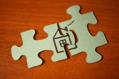 Gestalthaus von den Puzzlespielen Haus getrennt über weißem Hintergrund Teile des Puzzlespiels Haus getrennt über weißem Hintergr Lizenzfreies Stockbild
