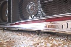 Gestaltung auf der Haube des Auto ` Gas ` vor dem hintergrund des Tonbandgeräts der achtziger Jahre Lizenzfreie Stockfotos