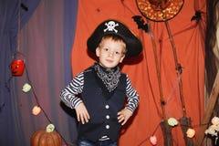 Gestaltung der Werbebotschaft, Abbildung Ein kleiner Junge in einem Piratenkostüm und in einem Make-up O Stockfoto