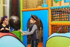 Gestaltung der Werbebotschaft, Abbildung Ein kleiner Junge in einem Piratenkostüm und in einem Make-up O Lizenzfreie Stockfotografie