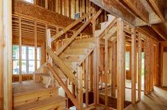 Gestaltungsansicht des Wohnheims über hölzernes im Bau des neuen Hauses lizenzfreie stockfotos