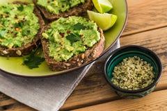 Gestampfte Avocado auf Toast Lizenzfreie Stockfotografie