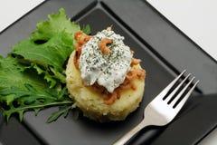 Gestampfte Kartoffeln mit Garnelen und sahnigem Käse Stockfotografie