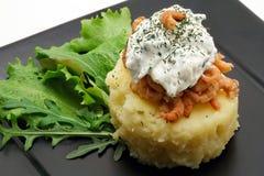 Gestampfte Kartoffeln mit Garnelen und sahniger Käsenahaufnahme Stockfotos