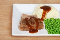 Gestampfte Kartoffeln Soße und Erbsen des Bratenrindfleisches Lizenzfreies Stockbild