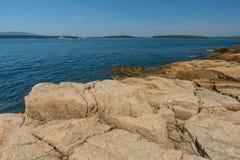 Gestandene Bucht und die vertrauten rosa Granitplatten von Felsen auf dem MA Stockbilder