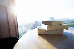 Gestapeld boek op houten lijst met zonsondergang royalty-vrije stock foto's