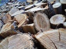 Gestapeld brandhout Stock Foto's
