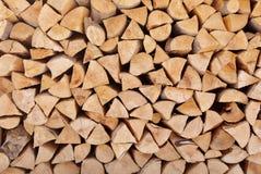 Gestapeld brandhout als achtergrond Verwarmend huis stock fotografie