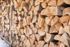 Gestapeld brandhout in openlucht, close-up royalty-vrije stock afbeelding