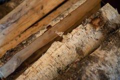 Gestapeld brandhout van berk Brandhout voor de winter voorbereide FO stock afbeeldingen