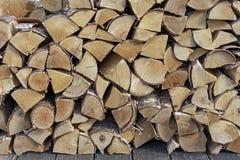 Gestapeld brandhout voor het ontsteken van een fornuis, een open haard, een barbecue of een vuur De Achtergrond van het brandhout stock foto