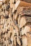 Gestapeld die brandhout op de winter wordt voorbereid royalty-vrije stock foto