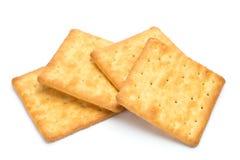 Gestapeld die crackers over witte achtergrond worden geïsoleerd Royalty-vrije Stock Foto's