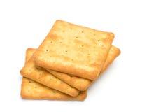Gestapeld die crackers over witte achtergrond worden geïsoleerd Stock Afbeeldingen