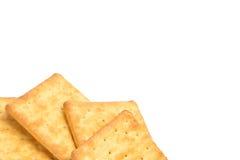 Gestapeld die crackers over witte achtergrond worden geïsoleerd Stock Foto's