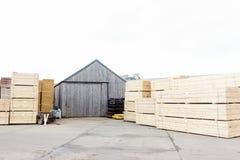 Gestapeld die hout bij zaagmolen voor biomassabrandstof wordt opgeslagen royalty-vrije stock foto