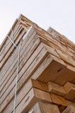 Gestapeld houten palletmateriaal stock foto's