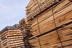 Gestapeld houten palletmateriaal stock afbeeldingen