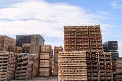 Gestapeld houten pallets en materiaal royalty-vrije stock foto