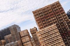 Gestapeld houten pallets en materiaal royalty-vrije stock foto's