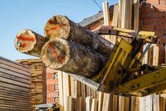 Gestapeld houten pijnboomhout royalty-vrije stock fotografie