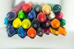 Gestapeld multidiekleuren paster kleurpotlood op witte achtergrond wordt geïsoleerd royalty-vrije stock foto