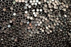Gestapeld roestvrij van de metaalpijp wacht op materiaal in productie royalty-vrije stock foto