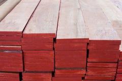 Gestapeld rood triplex, achtergrondtextuur van rood triplex stock fotografie