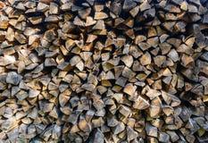 Gestapeld splitted brandhoutachtergrond royalty-vrije stock foto