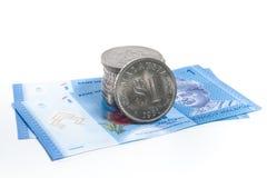 Gestapeld van de oude Muntstukken van Maleisië op twee nieuwe nota's van Maleisië Royalty-vrije Stock Foto