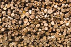Gestapeld van houtlogboeken stock afbeeldingen