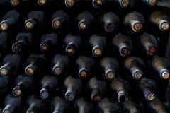 Gestapeld van oude flessen in de kelder Royalty-vrije Stock Foto