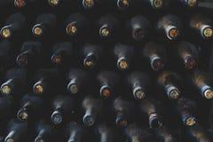 Gestapeld van oude flessen in de kelder Royalty-vrije Stock Afbeeldingen