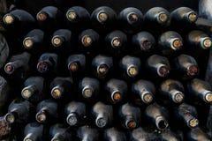 Gestapeld van oude flessen in de kelder Stock Fotografie