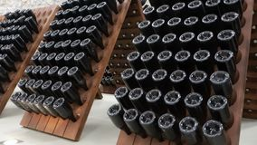 Gestapeld van wijnflessen in de kelder stock videobeelden