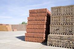 Rode die bakstenen op houten pallet worden gestapeld stock illustratie afbeelding 54426112 - Foto houten pallet ...
