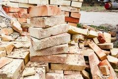Gestapelde bakstenen op houten verschepende pallet Stock Fotografie