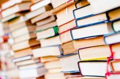 Gestapelde boekenachtergrond royalty-vrije stock foto's