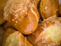 Gestapelde broodjes met kaas, verse gebakjes royalty-vrije stock foto