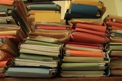 Gestapelde bureaudossiers Stock Foto's