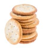 Gestapelde Crackers op wit Stock Afbeeldingen