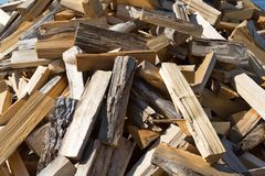 Gestapelde de spleet van het brandhouthardhout royalty-vrije stock foto's