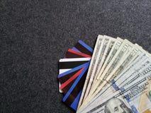 gestapelde dollarbankbiljetten, krediet en debetkaarten, achtergrond en textuur Stock Afbeeldingen