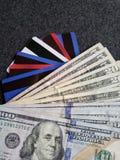 gestapelde dollarbankbiljetten, krediet en debetkaarten, achtergrond en textuur Royalty-vrije Stock Foto