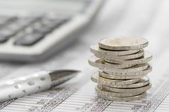 Gestapelde euro muntstukken op lijstblad Stock Afbeelding