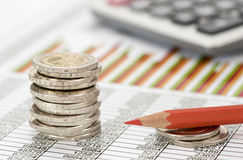 Gestapelde euro muntstukken op lijstblad Stock Afbeeldingen